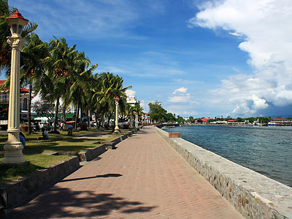 Rizal Boulevard in Dumaguete with Dumaguete port in the right background